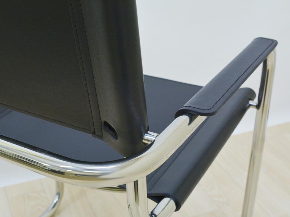 E-comfort カンチレバーアームチェア | 肘掛けアップ