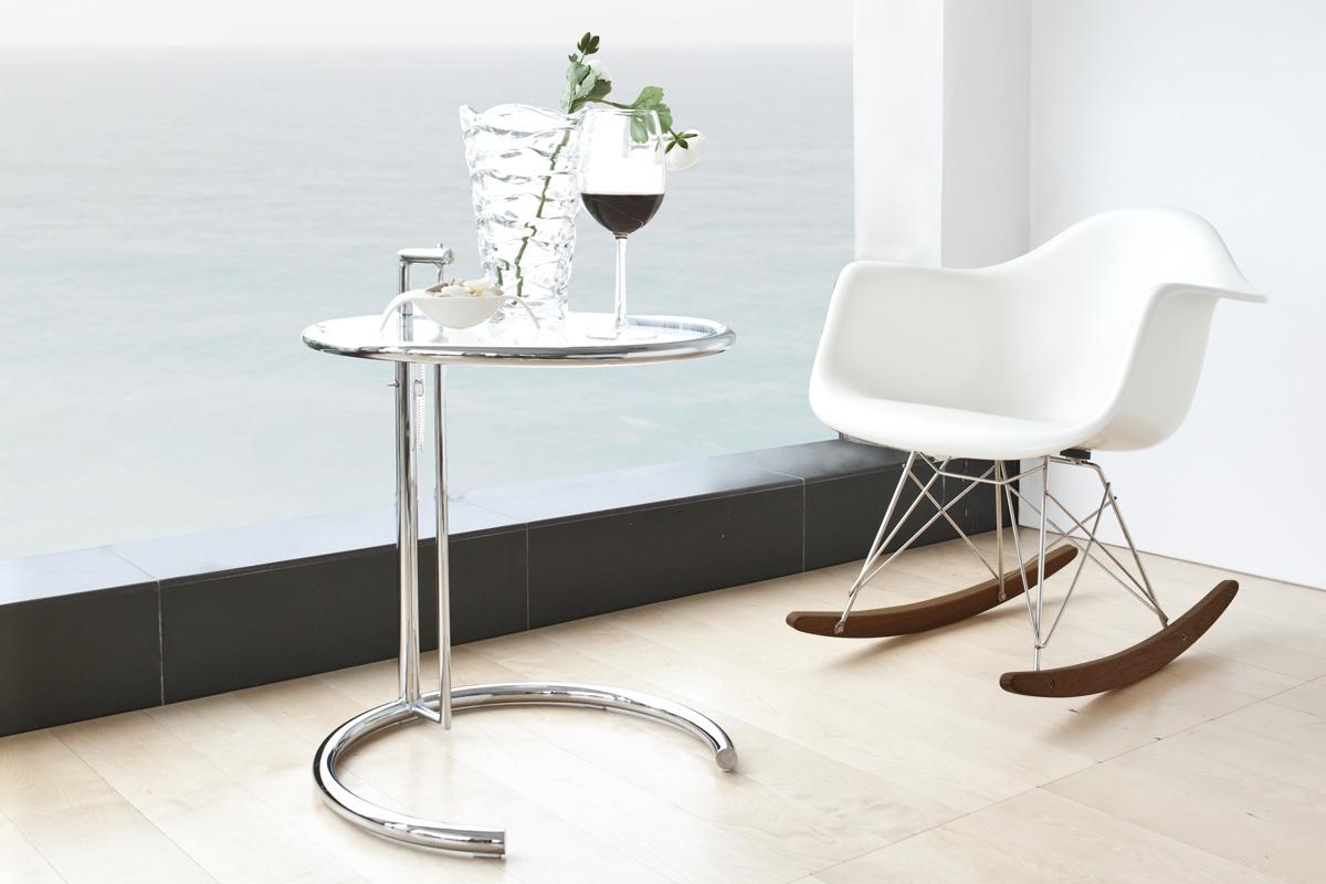 E-comfort RAR ロッキング アームシェルチェア | 設置例 E1027サイドテーブル との組合わせ