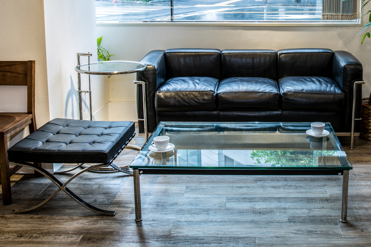E-comfort バルセロナ オットマン | 設置例 LC2 ソファ 、 LC10センターテーブル 、 E1027サイドテーブル の組合わせ