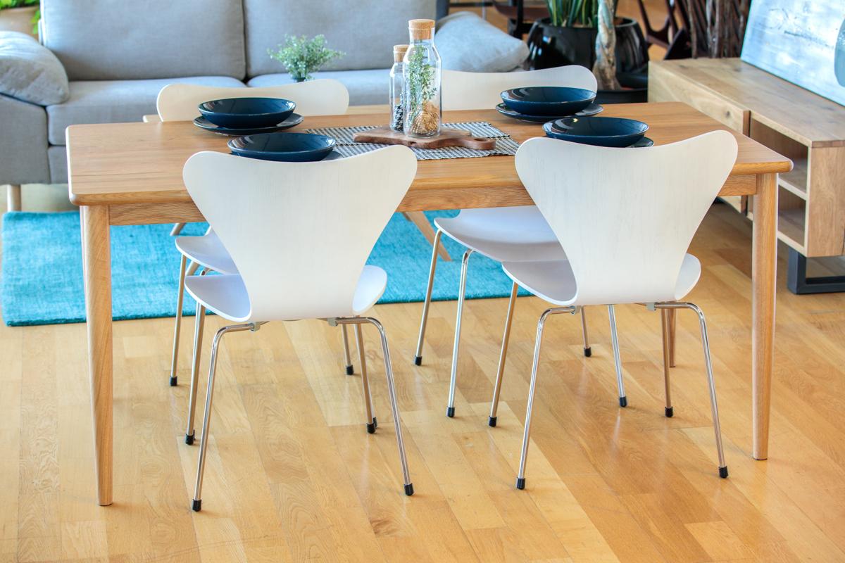 E-comfort S プライウッドチェア オーク ホワイト塗装 | 設置例 ノルドテーブル との組合わせ