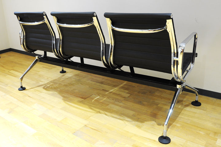 E-comfort アルミナムチェア パブリックベンチ 本革 | 斜め後ろ
