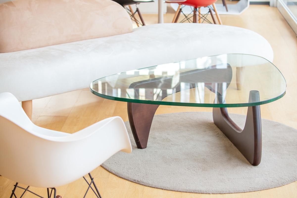 E-comfort ノグチテーブル ビーチ ブラウン塗装 | 設置例 イサム・ノグチフリーフォームソファ と RARロッキングアームシェルチェア との組合わせ