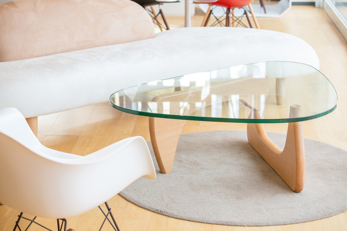 E-comfort ノグチテーブル ビーチ | 設置例 イサム・ノグチフリーフォームソファ と RARロッキングアームシェルチェア との組合わせ