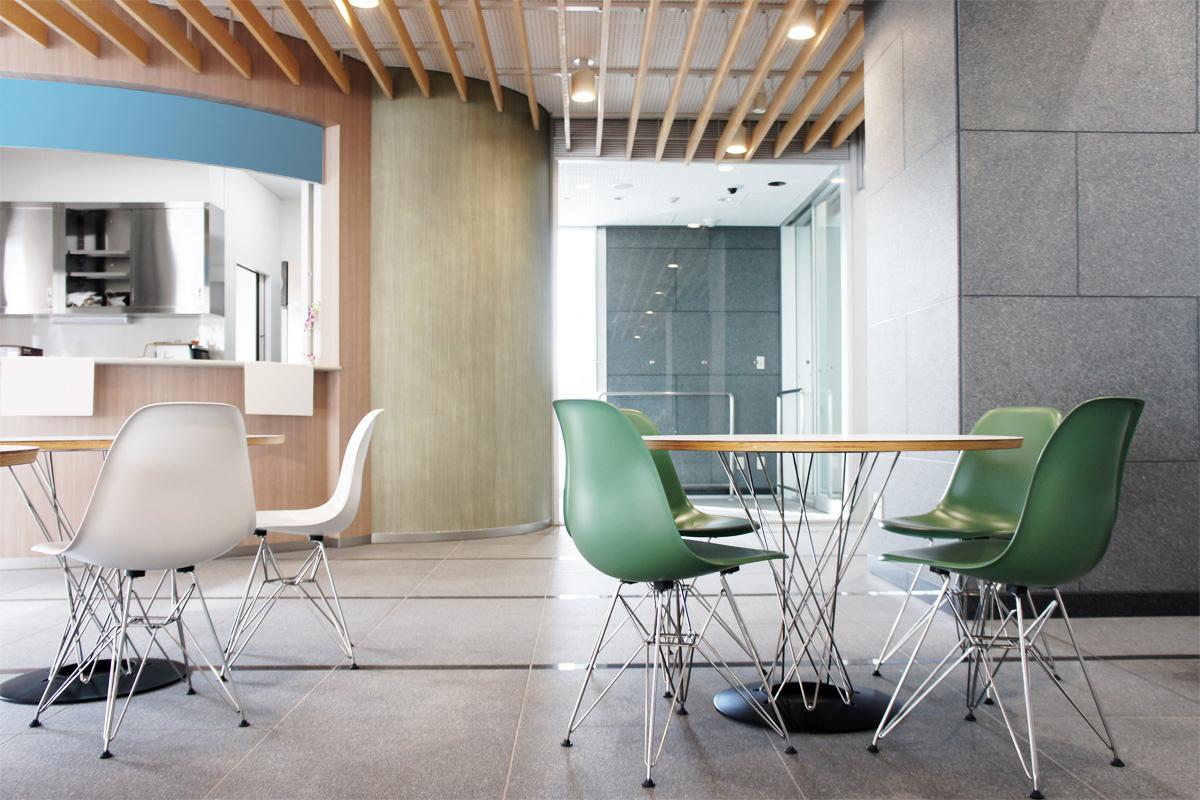 E-comfort イサムノグチ サイクロンテーブル ホワイト | 設置例 DSRシェルチェア との組合わせ