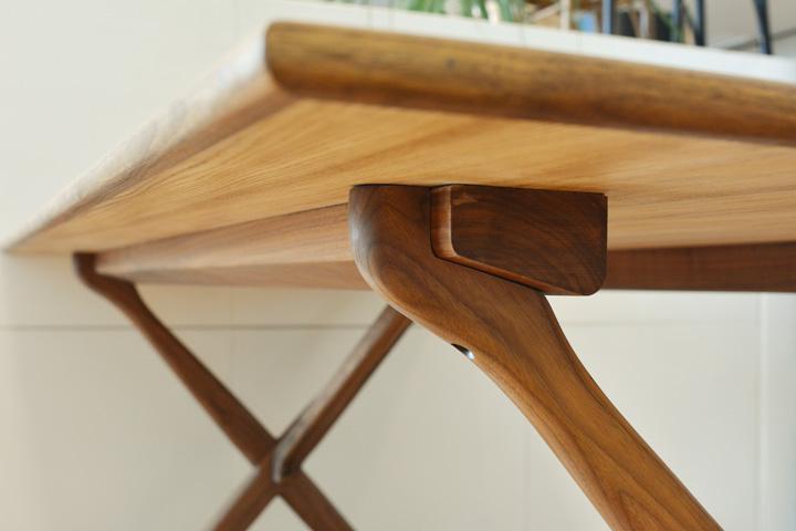 E-comfort クロスレッグテーブル ウォールナット | 脚アップ