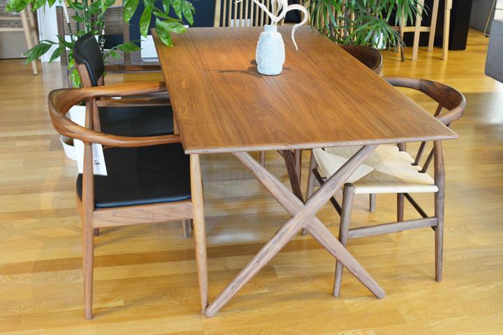 E-comfort クロスレッグテーブル ウォールナット | 設置例 ザ・チェア と リボーンチェア との組合わせ