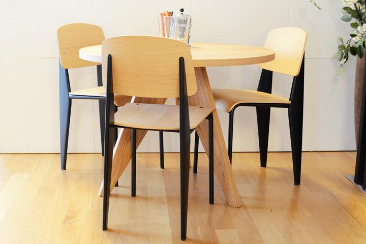 E-comfort ゲリドン テーブル Φ95 オーク | 設置例 スタンダードチェア との組合わせ