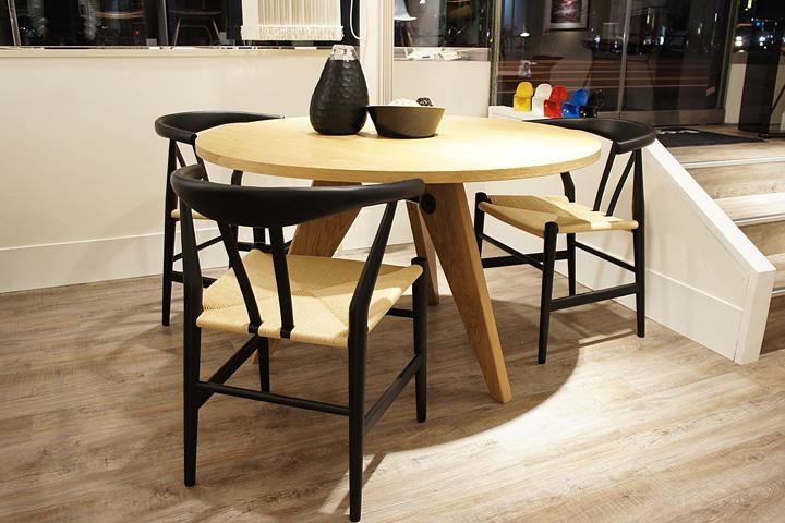 E-comfort ゲリドン テーブル Φ120 オーク | 設置例 リボーンチェア との組合わせ