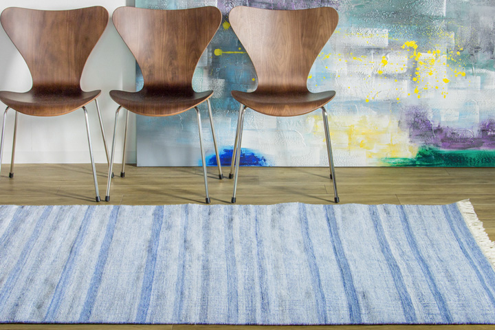 E-comfort 手織り リバーシブル キリム アミーゴトナル ストライプ 200x140cm ブルー | 設置例 Sプライウッドチェア との組合わせ