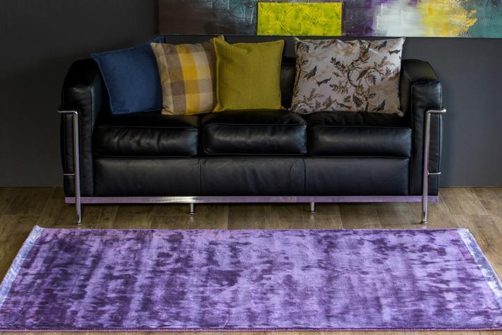 E-comfort DYNASTY BORDER 230x160cm パープル | 設置例 LC2ソファ との組合わせ