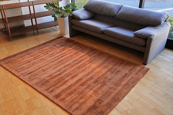 E-comfort 手織りラグ ダイナスティー アンティーク 230x160cm ブラウン | 設置例 マラルンガソファ との組合わせ