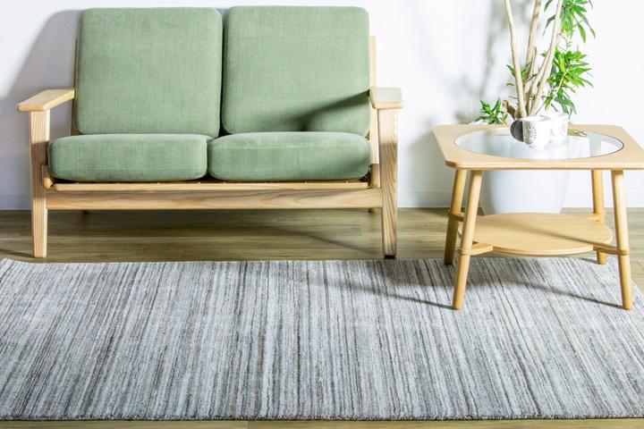 E-comfort ハンドルームノッテッド ポリー FRIDALO  200x140cm  ベージュ | 設置例 カットアウトローテーブル と 290イージーソファ との組合わせ
