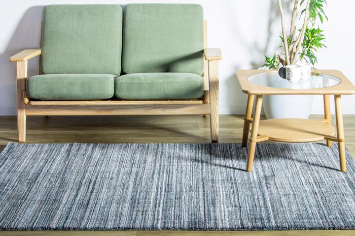 E-comfort ハンドルームノッテッド ポリー FRIDALO  200x140cm  チャコール | 設置例 カットアウトローテーブル と 290イージーソファ との組合わせ