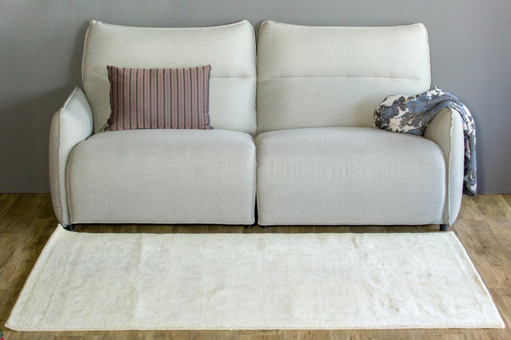 E-comfort 手織りウールラグ ルリバフ プレーン 230x160cm アイボリー | 設置例 電動リクライニングソファ との組合わせ
