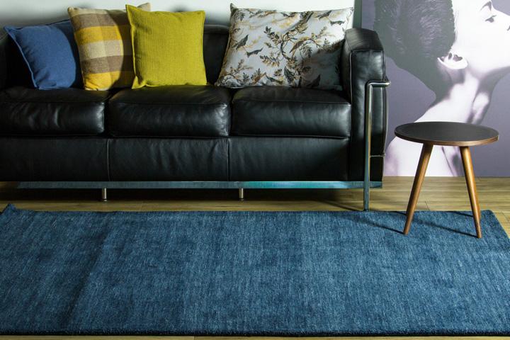 E-comfort 手織りウールラグ ルリバフ プレーン 200x140cm ミッドナイトブルー
