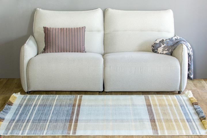 E-comfort 手織り リバーシブル キリム ノルド102 200x140cm アクア | 設置例 電動リクライニングソファ との組合わせ