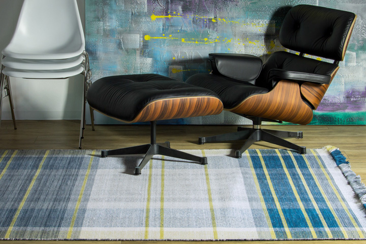 E-comfort 手織り リバーシブル キリム ノルド102 200x140cm ブルー | 設置例 イームズラウンジチェア&オットマン と DSSシェルチェア との組合わせ