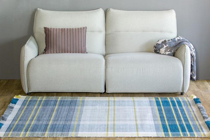 E-comfort 手織り リバーシブル キリム ノルド102 200x140cm ブルー | 設置例 電動リクライニングソファ との組合わせ