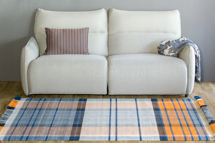 E-comfort 手織り リバーシブル キリム ノルド102 200x140cm オレンジ | 設置例 電動リクライニングソファ との組合わせ