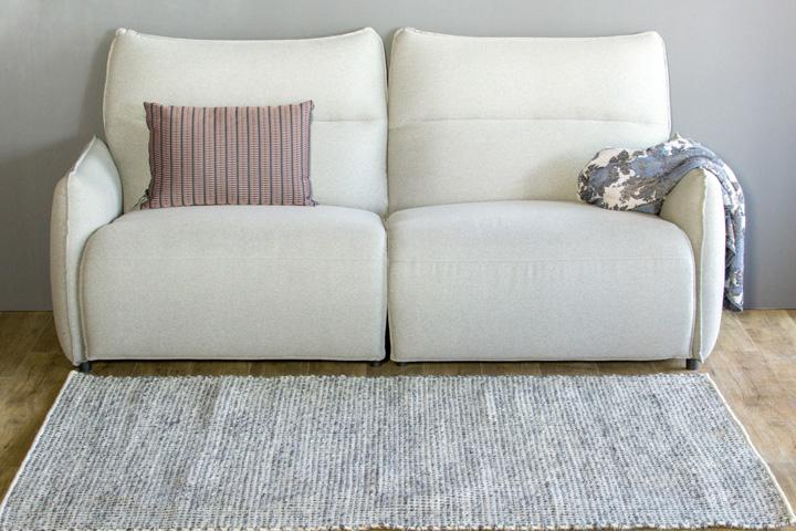 E-comfort 手織り リバーシブル キリム シルキーポルカドット 230x160cm デニムアイボリー | 設置例 電動リクライニングソファ との組合わせ
