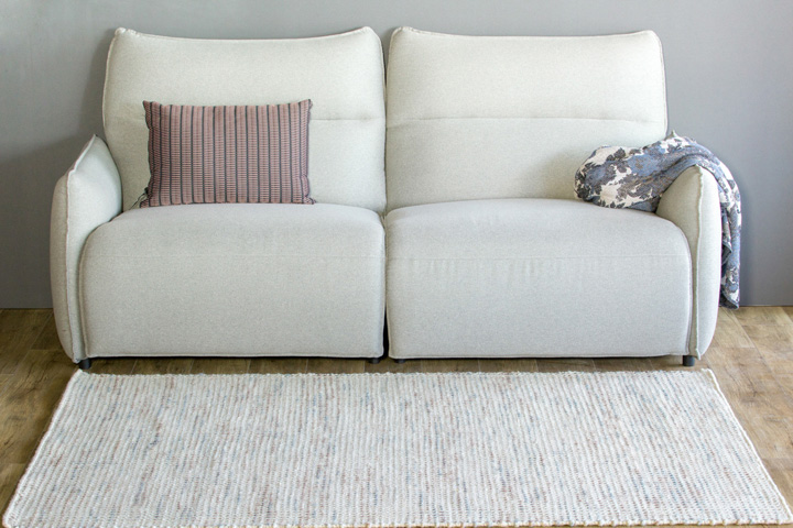 E-comfort 手織り リバーシブル キリム シルキーポルカドット 200x140cm ローズ   設置例 電動リクライニングソファ との組合わせ