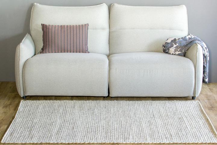 E-comfort 手織り リバーシブル キリム シルキーポルカドット 230x160cm シルバーアイボリー | 設置例 電動リクライニングソファ との組合わせ