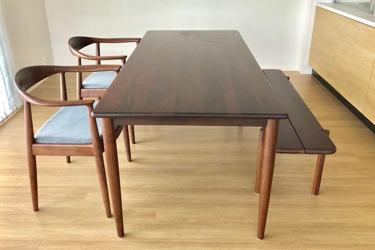 E-comfort ノルドテーブル 140cm ウォールナット | 設置例 ザ・チェア と 551BENCH との組合わせ