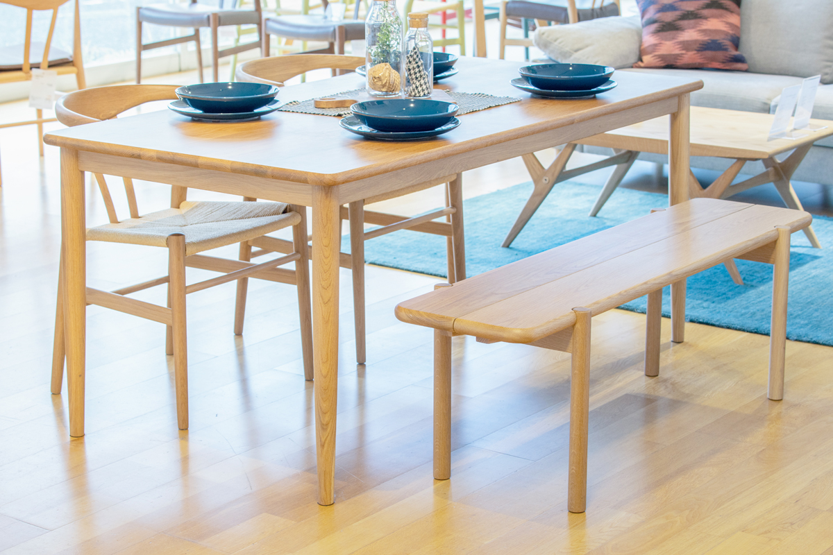 E-comfort ノルドテーブル 160cm オーク | 設置例 リボーンチェア と 551BENCH との組合わせ