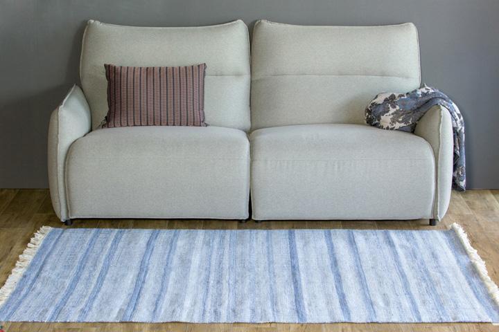 E-comfort 手織り リバーシブル キリム アミーゴトナル ストライプ 200x140cm ブルー | 設置例 電動リクライニングソファ との組合わせ